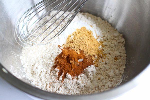 Мука, соль и специи в миске