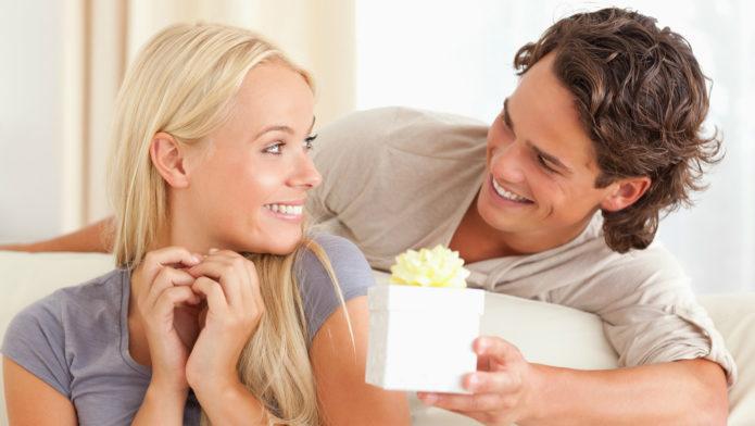Мужчина дарит одинаковые подарки жене и любовнице