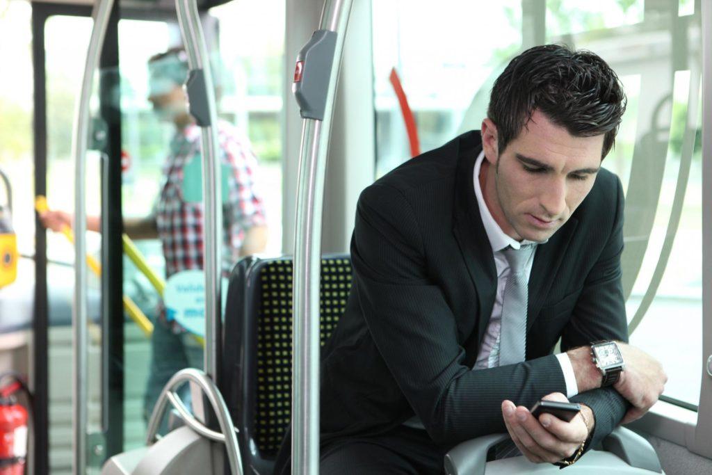Мужчина едет в автобусе