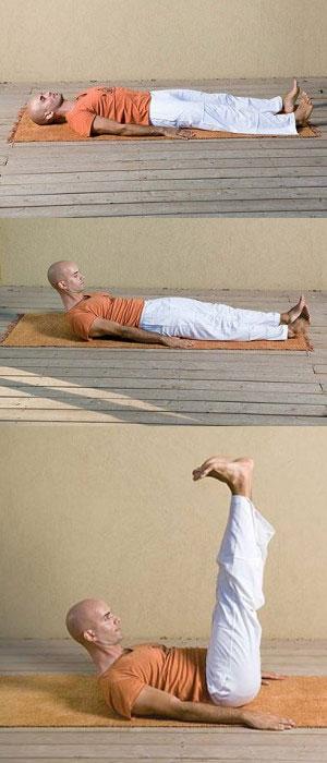 Мужчина поднимает ноги вверх из положения лёжа