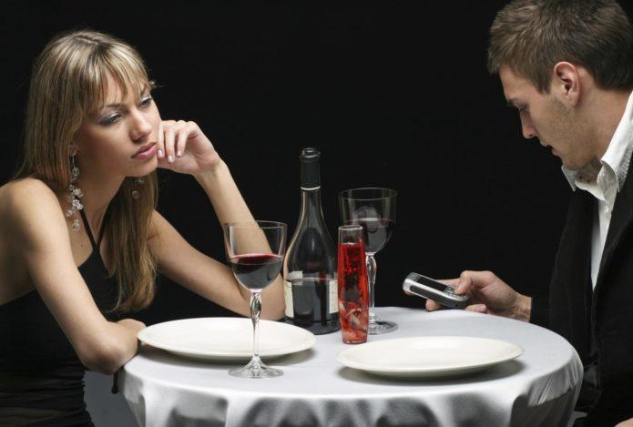 Мужчина много общается по телефону