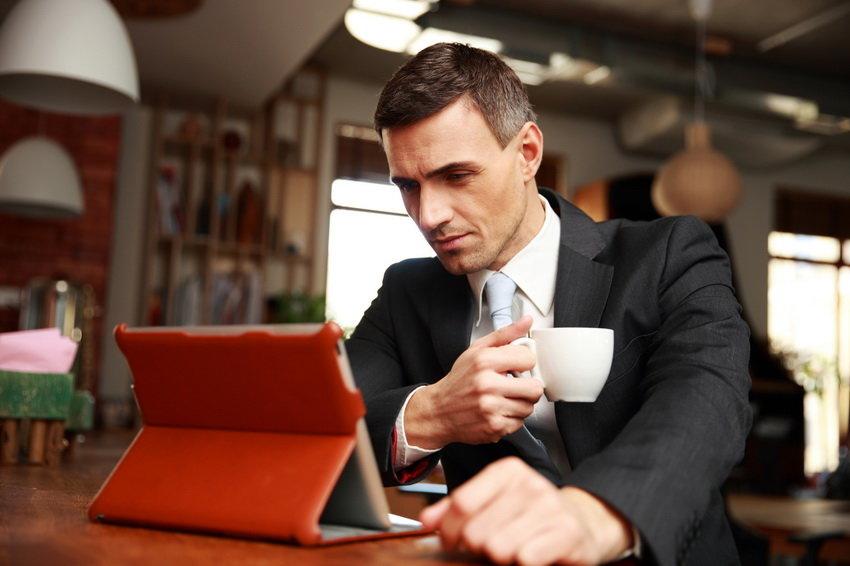 Мужчина, пьющий кофе