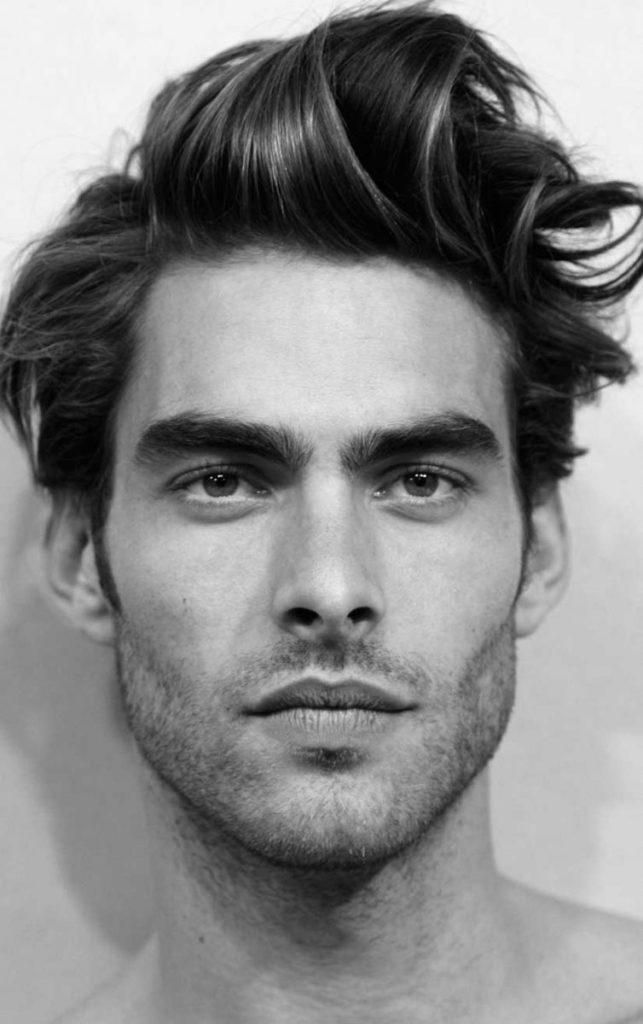Мужчина-модель с красивыми бровями