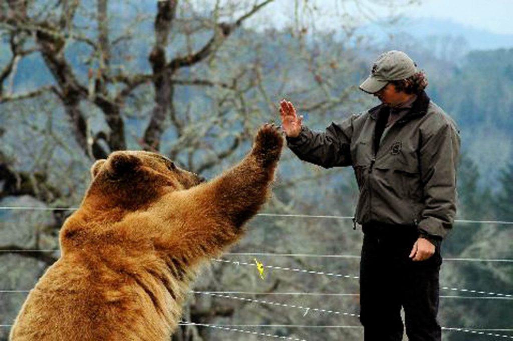 Мужчина с медведем