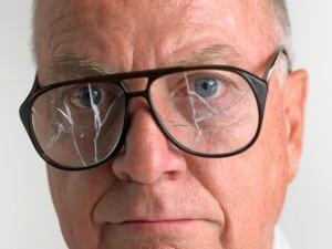 Мужчина в разбитых очках