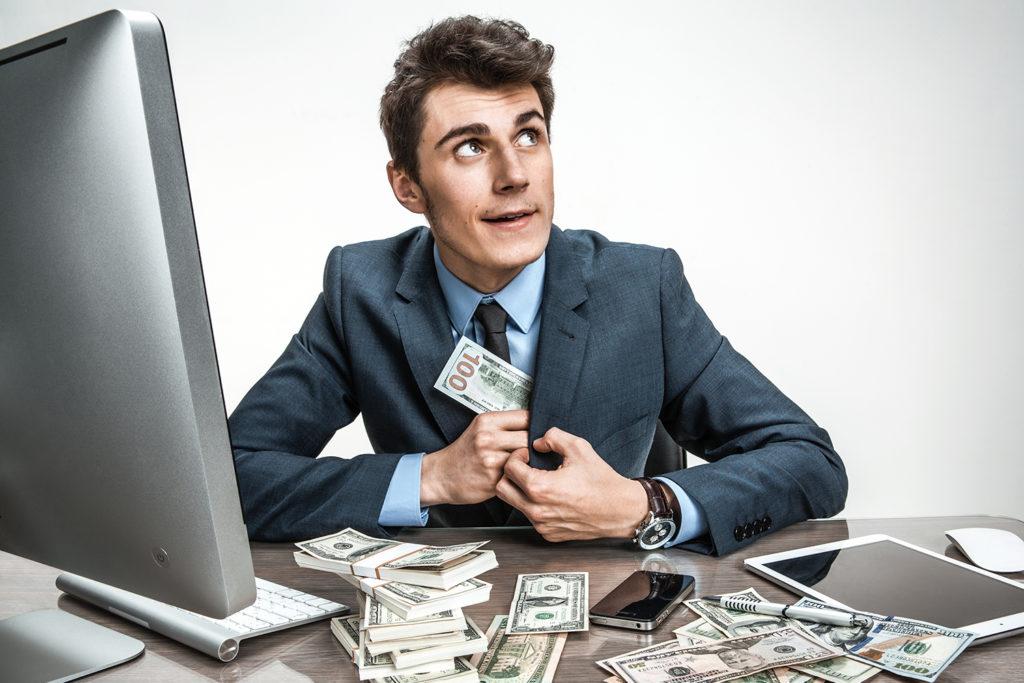 Мужчина ворует деньги
