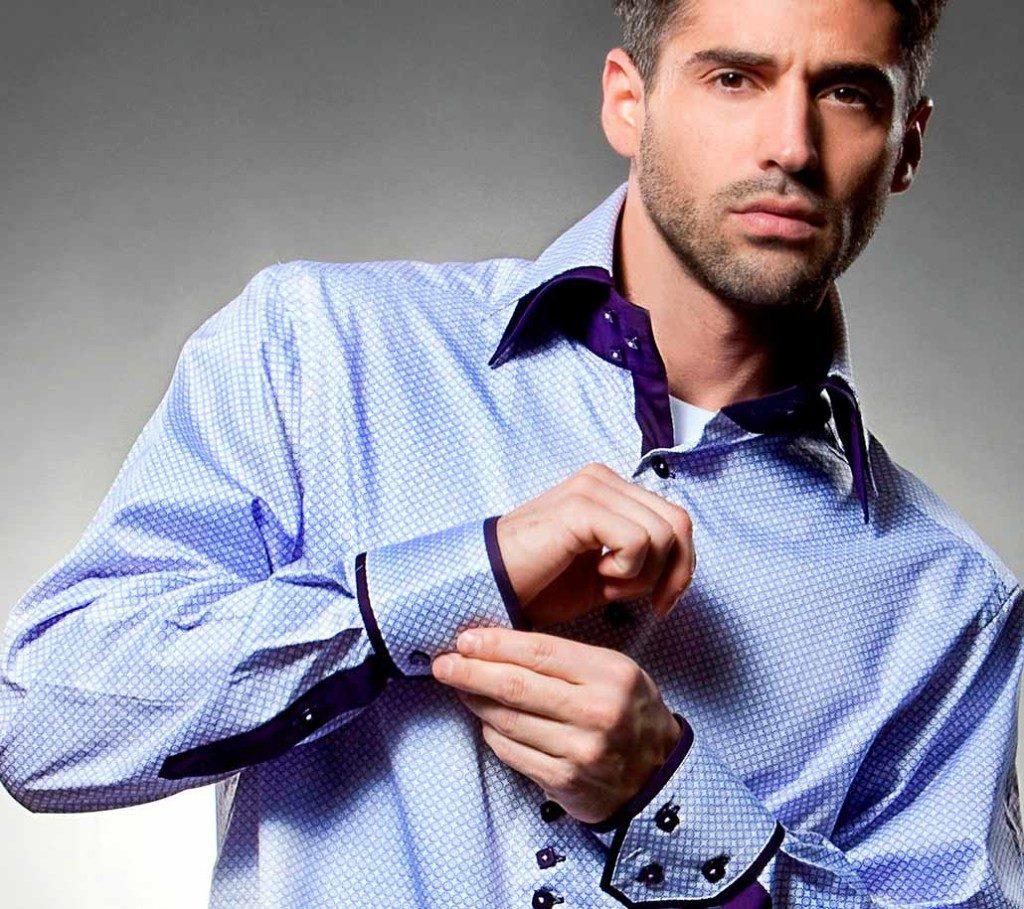 Мужчина в голубой шёлковой рубашке