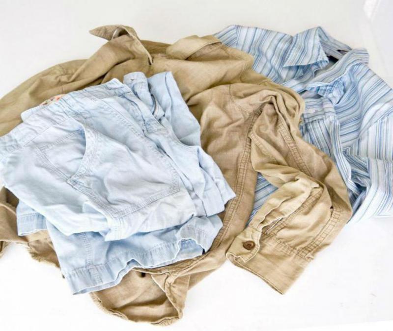 Мятые 2 рубашки и светлые джинсы