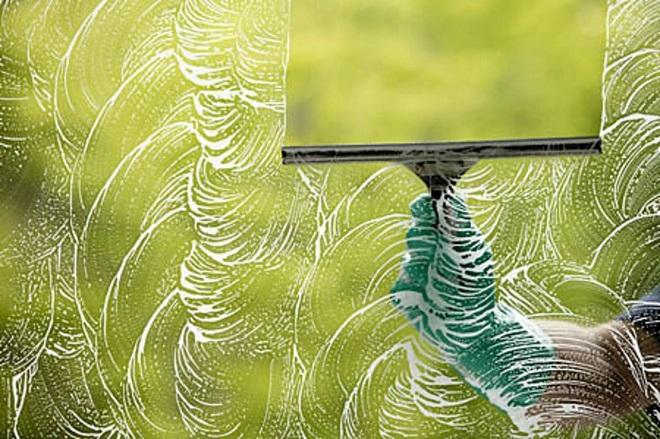 Мытьё окна стеклоочистителем