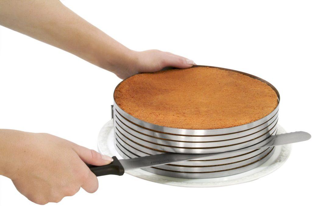 Нарезка бисквита при помощи слайсера