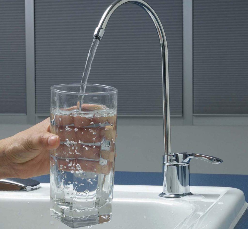 Набирают воду в стакан