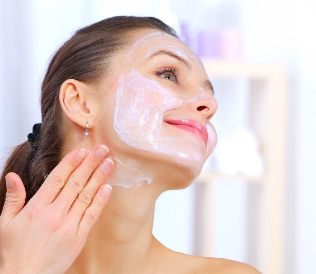Нанесение косметического средства на лицо и шею