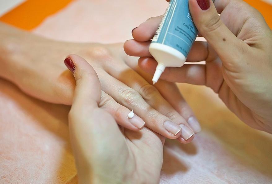 Нанесение крема CND Cuticle Erase на кутикулу