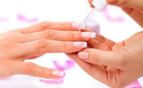 Нанесение на ногти на женской руке прозрачного средства