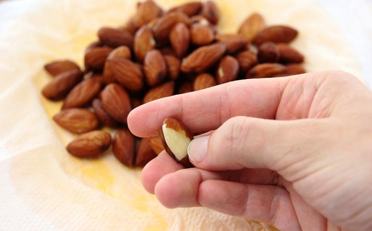 Наполовину очищенный от кожуры орех