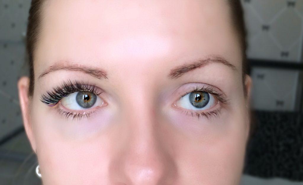 Наполовину сделанные наращенные ресницы на глазах