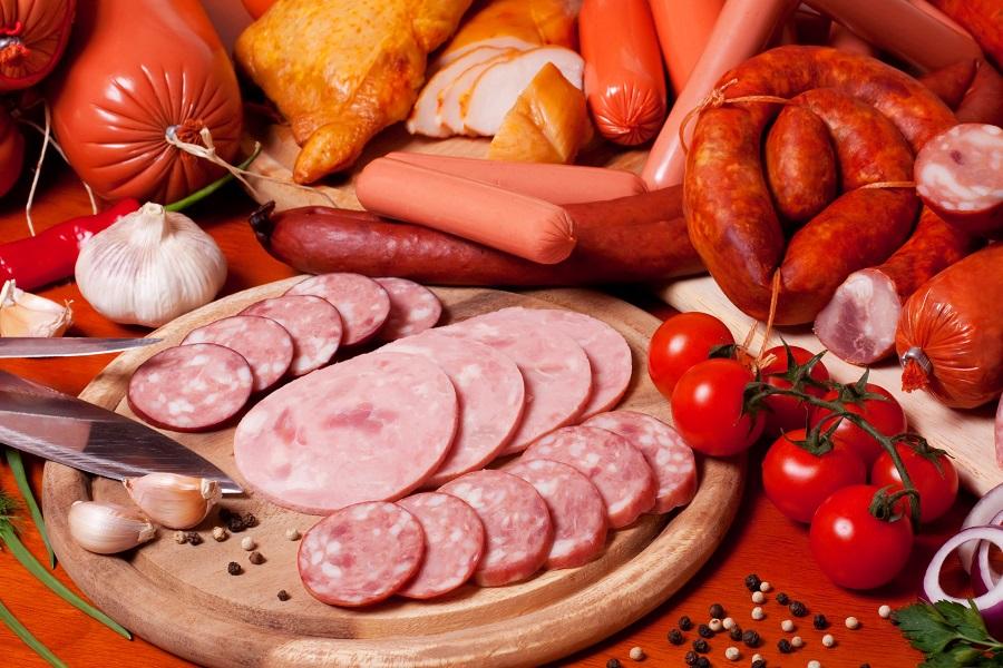 Нарезанная колбаса на блюде