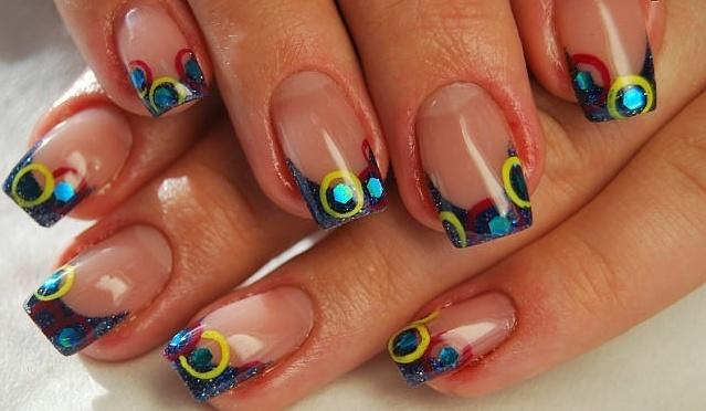 Нарощенные акрилом ногти девушки