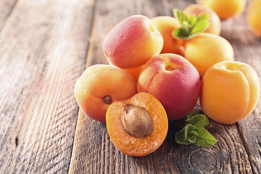 Несколько целых фруктов и половинка