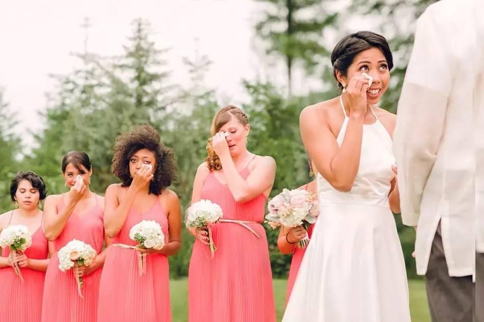 Невеста и свидетельницы плачут на свадьбе