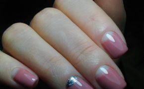 Нежно-розовый с серебристым лунный маникюр
