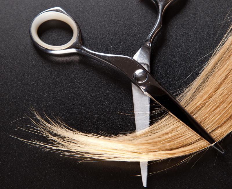 Ножницами обрезают волосы