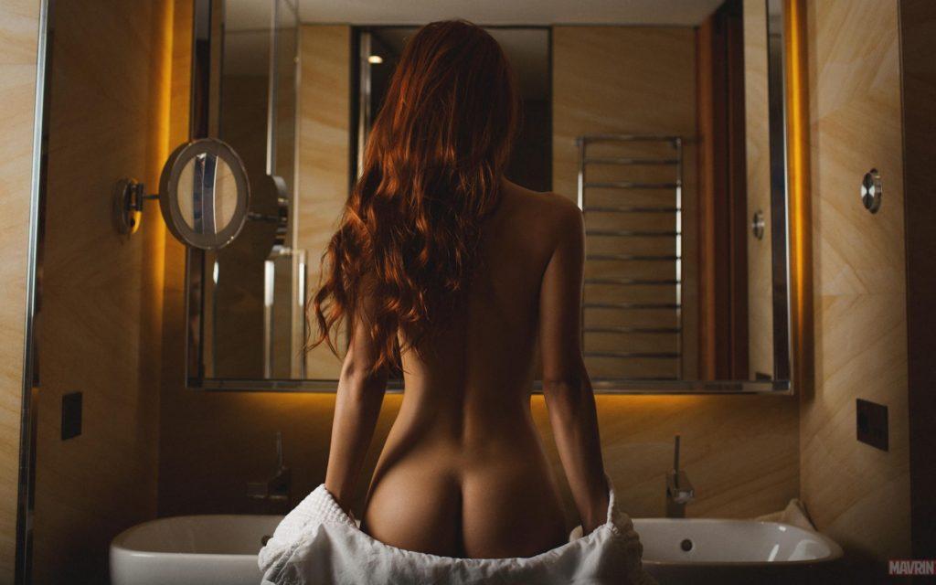 Обнаженная девушка перед зеркалом
