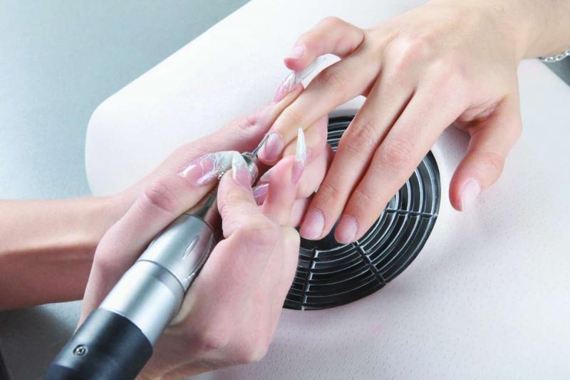Обработка ногтей аппаратом для маникюра