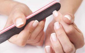 Обработка пилкой ногтей на женской руке