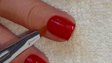 Очищение ногтя от излишков лака