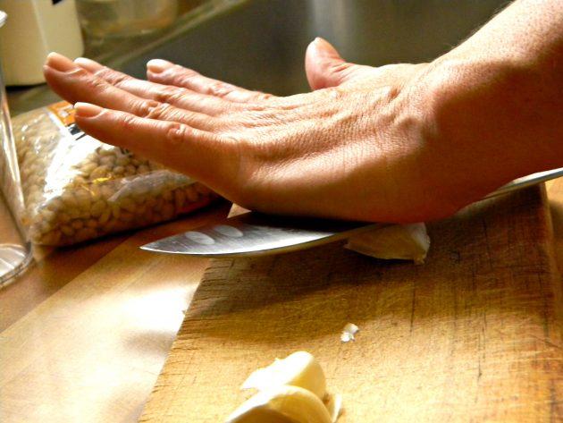 Очистка чеснока ножом