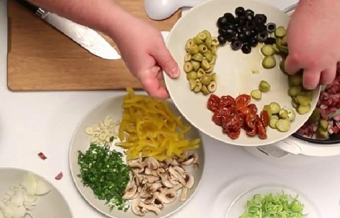 Оливки, маслины, помидоры и огурцы в тарелке