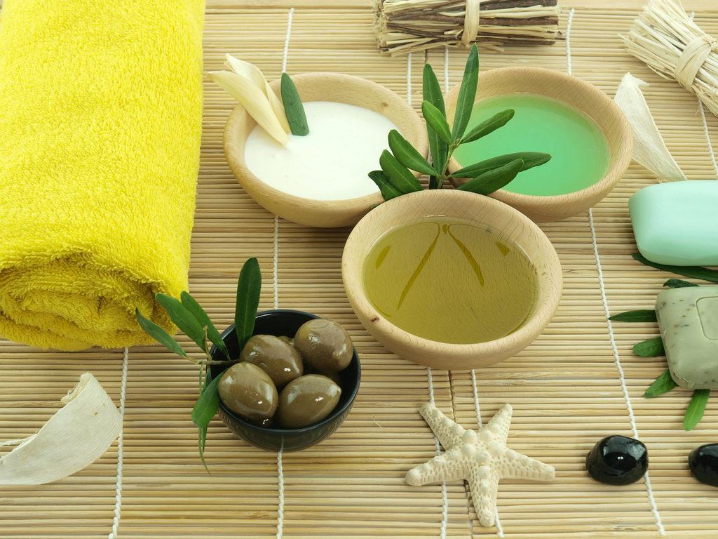 Оливки, масло, полотенце