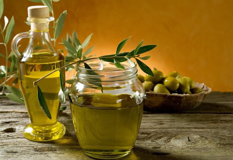 Оливковое масло в банке и в графине