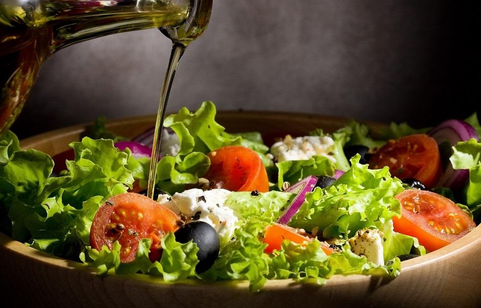 Добавление оливкового масла в салат