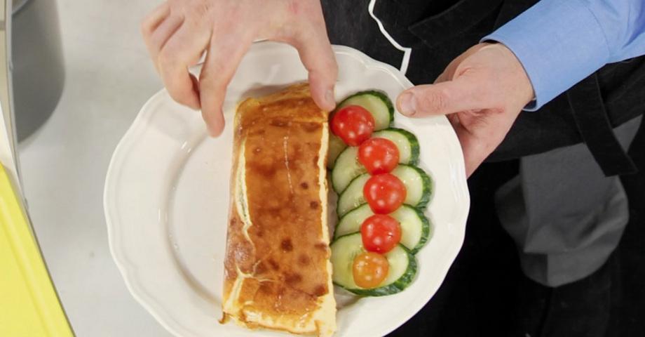 Омлет с овощами в тарелке