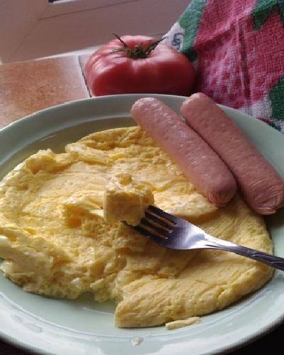 Омлет с сосисками на тарелке