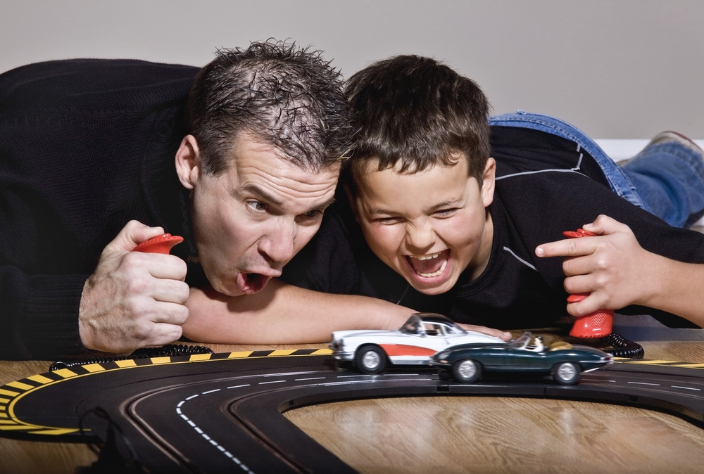 Отец и сын играют в машинки