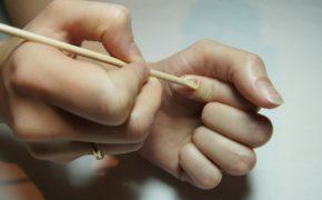 Отодвигание кутикулы деревянной палочкой