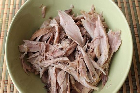 Отваренное мясо в миске