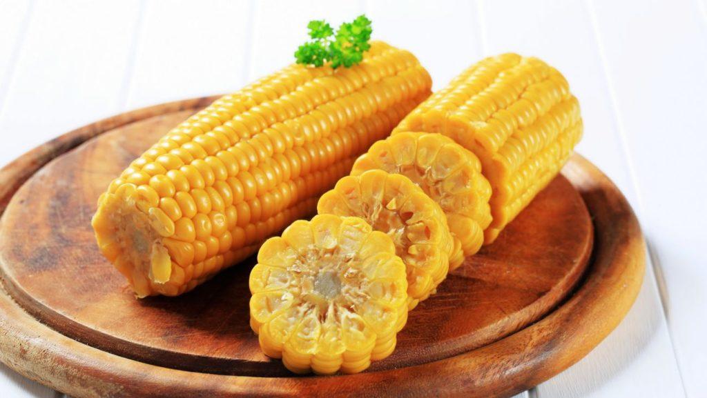 Отварная кукуруза на блюде