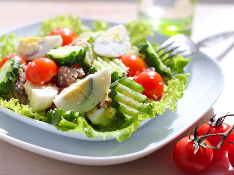 Овощной салат на белой тарелке
