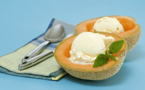 Подача сливочного мороженого в половинках дины