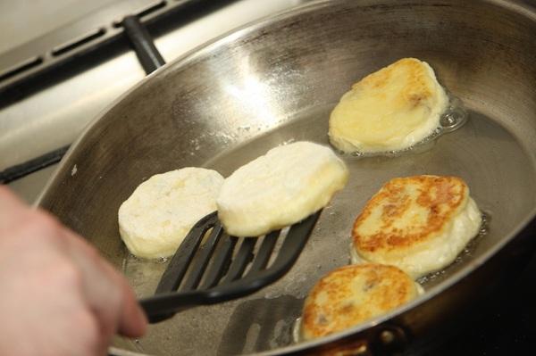 обжарить сырники с яблоками