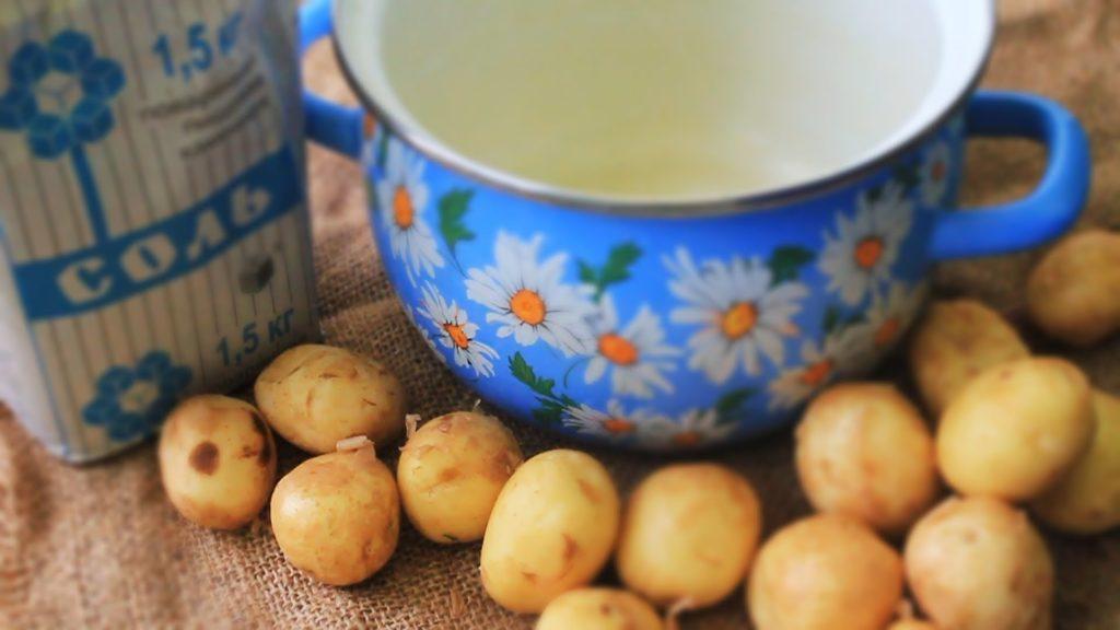 Пачка соли, синяя с ромашками кастрюля и картошка