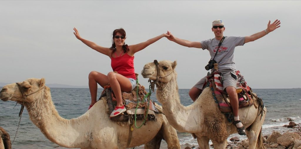 Пара катается на верблюдах