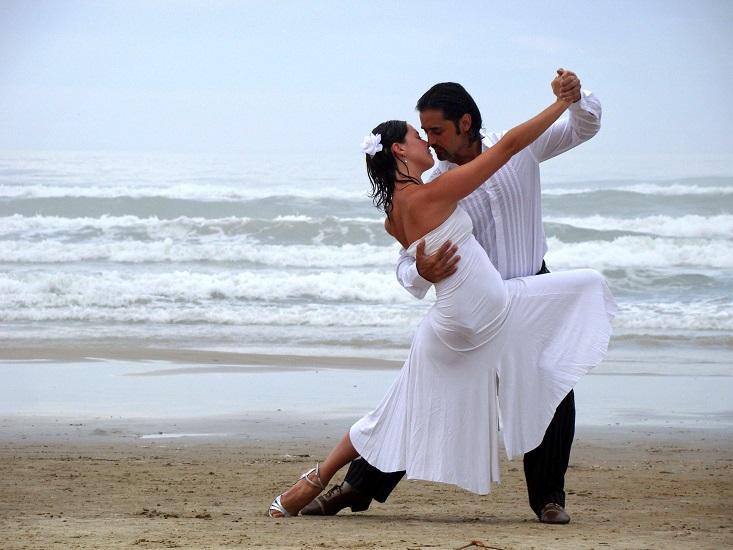 Пара танцует на пляже