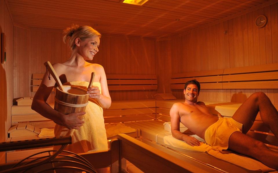 Парень и девушка бане