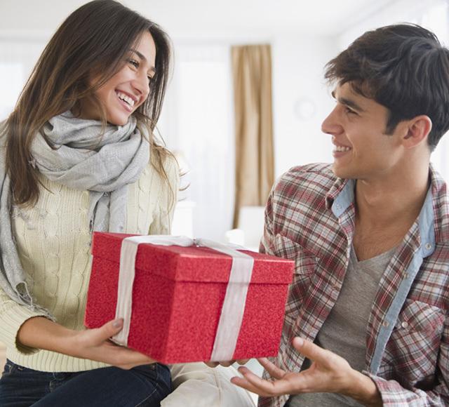 Парень получает подарок от девушки