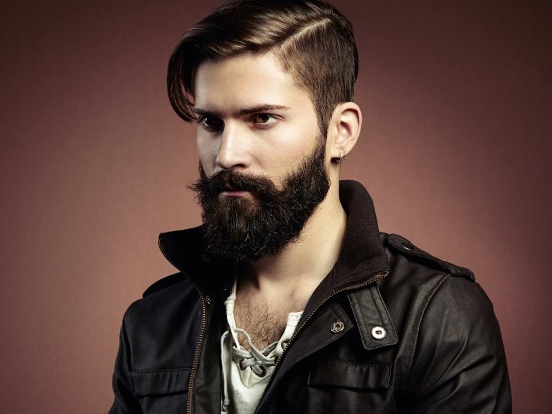 Парень с ухоженной бородой
